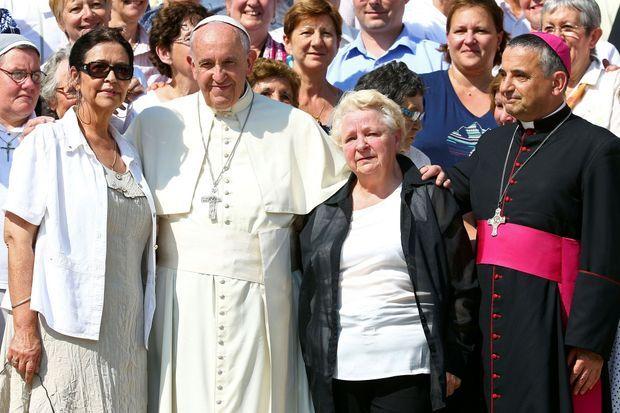 Le pape entouré des soeurs du père Hamel et de Dominique Lebrun, archevêque de Rouen