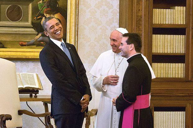 Le pape François, avec son interprète monseigneur Mark Gerard Miles, reçoit le président Barack Obama, dans la bibliothèque des appartements officiels du palais pontifical, le 27 mars 2014.