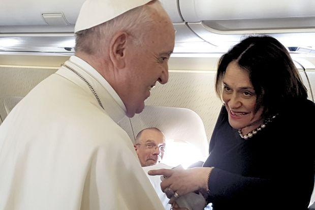 Dans l'avion avec notre reporter, Caroline Pigozzi. Avant l'atterrissage prévu sur la base militaire de Monte Real où un hélicoptère attend le Pape.