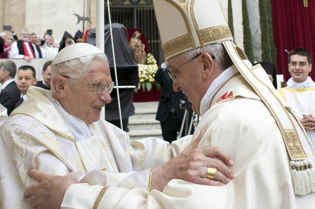 Moment exceptionnel dans l'histoire de la papauté : François, pape actuel, vient saluer Benoît XVI, pape émérite, avec qui il va concélébrer la messe.