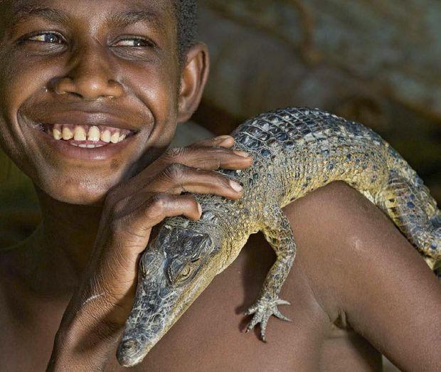 Dans le village de Kirimbit, dans la région du fl euve Sepik, il n'a pas encore l'âge de l'initiation mais celui d'apprivoiser le sacro-saint crocodile.