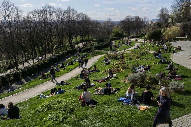 Ici un parc aux abords du canal Saint Martin, dimanche malgré les nouvelles restrictions gouvernementales pour faire face à l'épidemie de coronavirus.