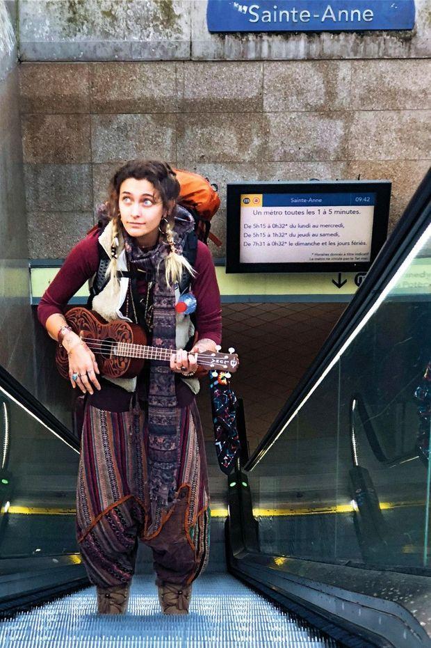 Ukulélé à la main, le jour de son arrivée à Rennes