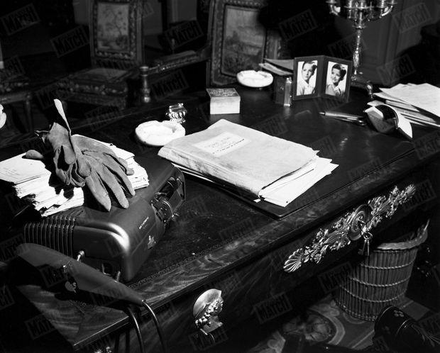 « Le bureau du Président sur lequel se trouve le dossier des recours en grâce dont l'étude constitue une charge écrasante. M. Vincent Auriol se sert d'un dictaphone. Ses petits-enfants ne sont pas oubliés et figurent au premier plan. » - Paris Match n°1, 25 mars 1949