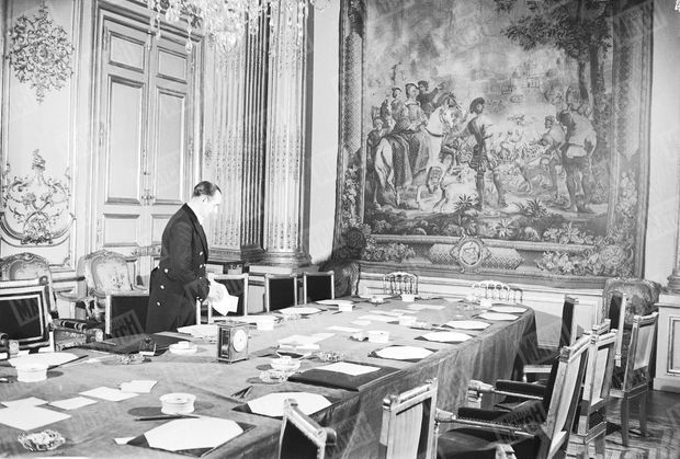 « À l'issue du Conseil des Ministres, qui a lieu dans l'ancienne chambre d'apparat de la Pompadour, Eugène Marie (à l'Elysée depuis 1932), Normand comme son homonyme, enlève crayons et sous-main avec la dignité que lui impose sa fonction. » - Paris Match n°1, 25 mars 1949