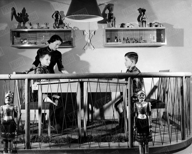 « Jean-Claude (à gauche), Jean-Paul (à droite), font leurs devoirs sous la direction de Mme Capitaine, leur répétitrice. » - Paris Match n°1, 25 mars 1949