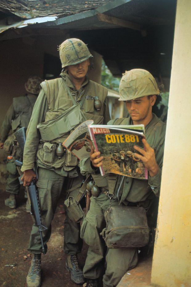Février 1968. Pause lecture pour ces marines engagés dans la bataille de Hué. Le siège de la cité impériale vietnamienne sera l'un des épisodes les plus longs et sanglants de toute la guerre. Les images des combats, comme celles publiées dans ce numéro de Match, contribueront au retournement de l'opinion publique américaine en défaveur du conflit.