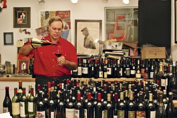 Robert Parker déguste les vins du monde entier et exploite dans l'Oregon sa vigne, appelée « les beaux-frères » parce qu'il y travaille avec son beau-frère.