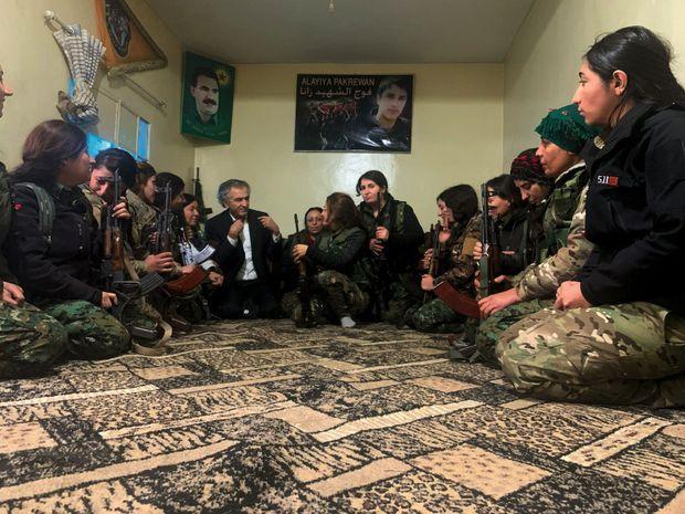 Parmi des soldates des YPJ, la brigade féminine des forces kurdes syriennes, devant le portrait d'Abdullah Ocalan, fondateur du PKK