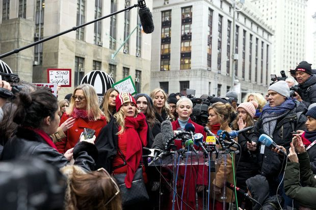 Parmi les victimes du producteur, les actrices Rosanna Arquette, Rose McGowan et Lauren Sivan. Lors d'une conférence de presse en marge du procès, le 6 janvier.