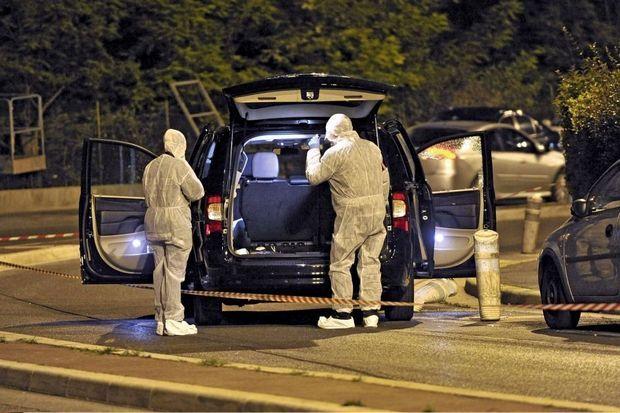 Le 6 mai, des enquêteurs inspectent le monospace d'Hélène Pastor. Les agresseurs ont tiré à bout portant avec un fusil de chasse: un carnage.