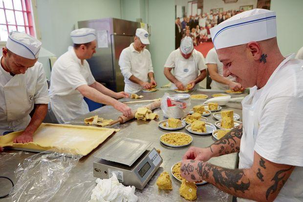 Pâte, atelier de pétrissage, cuisson... les détenus travaillent en vrais boulangers-pâtissiers.