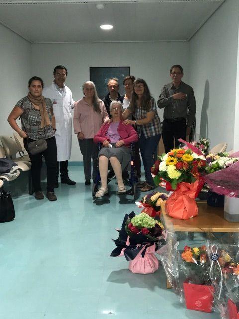 A Créteil, mardi 27 septembre, le dernier jour du Dr Villafane dans le service de neurologie. Le médecin est entouré de patients venus (parfois de loin), avec des bouquets de fleurs, pour le remercier.