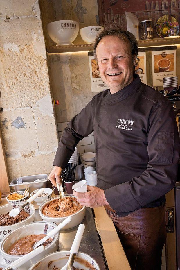 Dans son bar à mousses, à Paris, Patrice Chapon servant une mousse au chocolat.