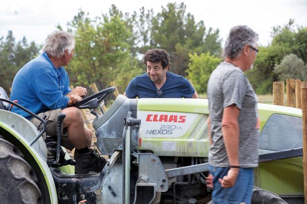 Patrick Bruel a donné toute sa confiance à Patrick Maurizot (ici sur son vieux tracteur) pour prendre soin de ses oliviers