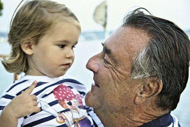 Patrick Ricard, mort en 2012, a été P-DG pendant plus de trente ans. Il a propulsé la société Pernod-Ricard dans le peloton de tête mondial des vins et spiritueux. Ici avec sa petite-fille Violette.