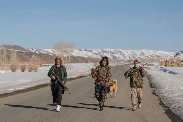 Patrouille armée de la milice hazara qui, sous le commandement d'Alipour, combat à la fois les talibans et les troupes gouvernementales.