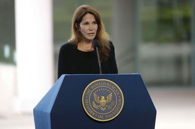"""Patti Davis, la fille de Ronald et Nancy Reagan, s'exprime lors des obsèques de la """"first lady"""", en mars 2016."""