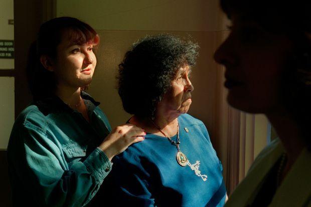 Rachael Rhoades et Snowflake Flower, la soeur et la mère de Patricia White Bull, lors de son réveil au Rancho Los Amigos National Rehabilitation Center, fin décembre 1999.