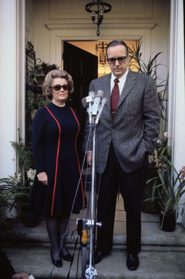 Randolph Apperson Hearst et Catherine Wood Campbell, les parents de Patricia Hearst, se présentent devant la presse sur le perron de leur demeure d'Hillsborough, en banlieue de San Francisco, le 6 février 1974, pour demander la libération de leur fille, kidnappée deux jours auparavant.