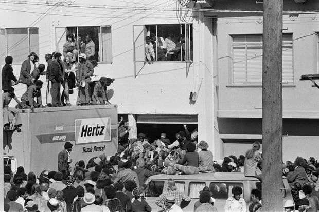 Le 25 février 1974, la famille Hearst envoie des vivres par camions dans le quartier pauvre de Hunter's Point à San Francisco, se pliant aux exigences de la Symbionese Liberation Army pour faire libérer leur fille. Les distributions à l'arrière des camions finiront en émeutes. Confiés par la suite à des centres communautaires, quelques 100 000 sacs de courses seront distribués.