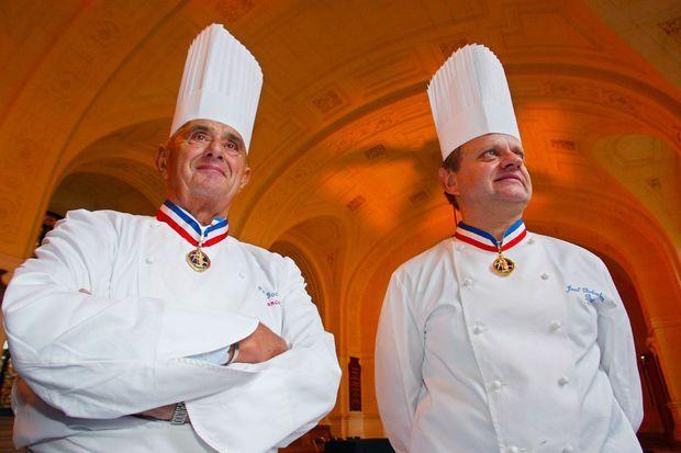 Paul Bocuse et Joël Robuchon, deux géants de la gastronomie, à la Sorbonne, en septembre 2003.