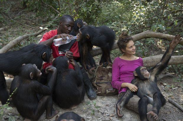 Pause goûter pour le soigneur Keeper Kouyate, la volontaire Anissa Aidat et leurs « enfants ».