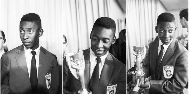 Pelé, présente la coupe Jules Rimet, l'ancien trophée de la coupe du monde, lors d'une réception suivant la victoire du Brésil sur la Suède en finale de la Coupe du monde de football, le 29 juin 1958.