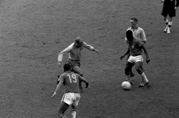 Pelé face aux Suédois en finale de la Coupe du monde de football, le 29 juin 1958.