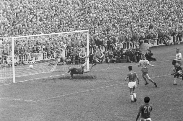 Pelé marque contre la Suède en finale de la Coupe du monde de football, le 29 juin 1958.