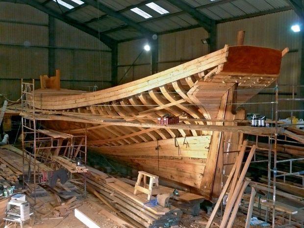 Pendant la construction du « Grayhound » à Fowey, petit port du sud de l'Angleterre d'où le capitaine est originaire.