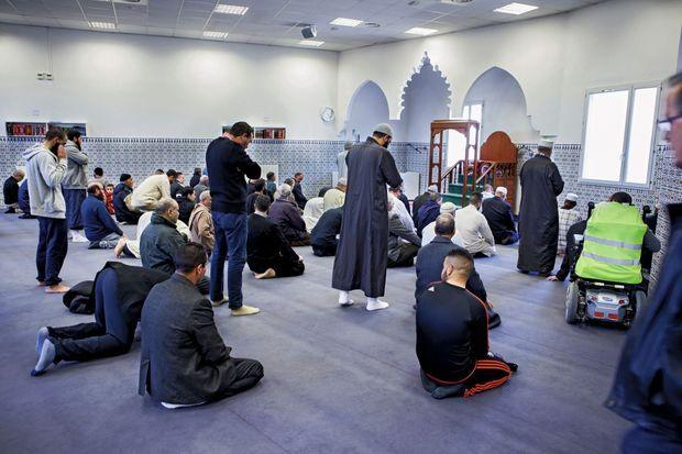 Pendant la prière à la mosquée Assunnah, carrefour des prédicateurs les plus extrêmes, le 26 mars.