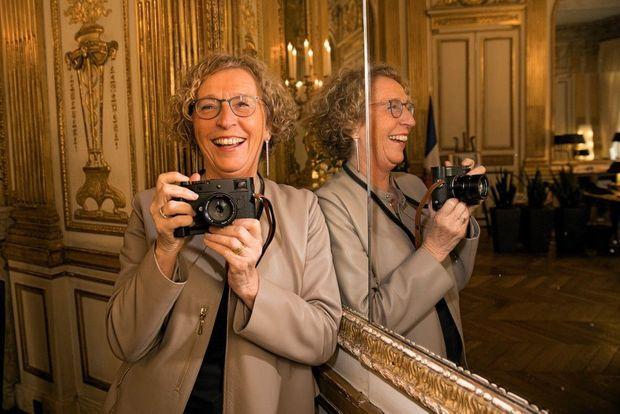 Dans son bureau. Habituée à photographier des volatiles, la ministre s'amuse à immortaliser les photographes, ces drôles d'oiseaux.