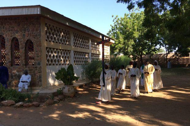 Le père Antonio accompagné de ses fidèles dans une église de Maroua au Cameroun
