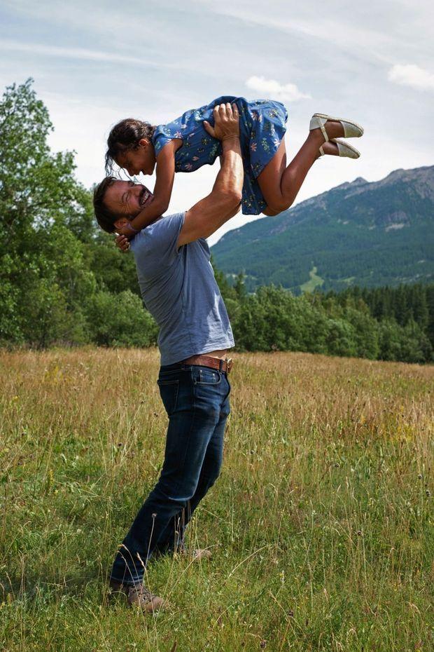 Père et fille complices. Ensemble, ils font de longues balades et passent beaucoup de temps à discuter.