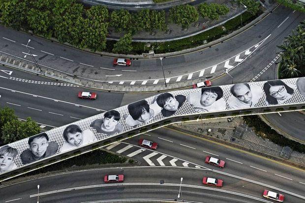 """""""Inside Out Project Hong Kong"""", de JR, à l'occasion de l'exposition """"Pattern"""" à la galerie Perrotin de Hong Kong en 2012."""