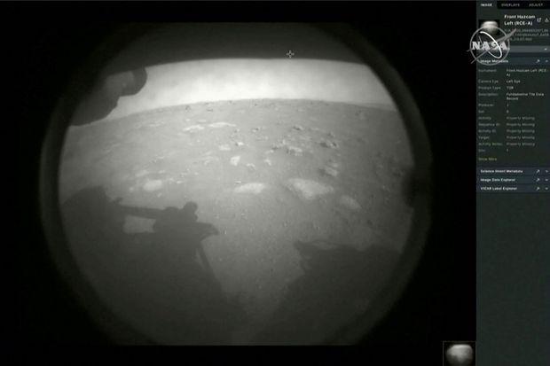 """Première image diffusée par le rover """"Perseverance"""" après son atterrissage sur Mars, jeudi soir."""