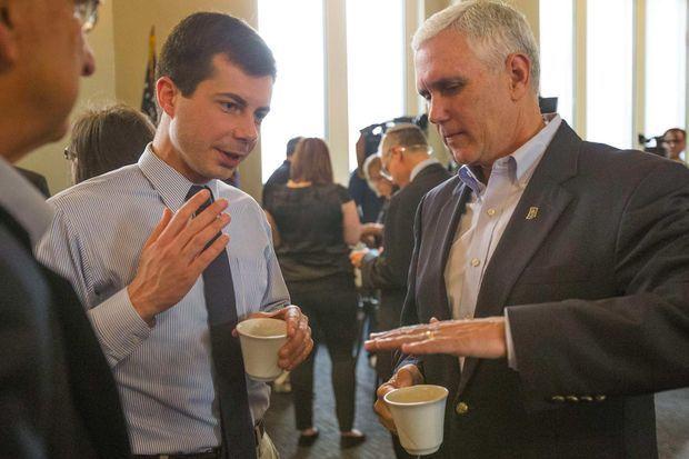 Pete Buttigieg et Mike Pence, alors gouverneur de l'Indiana, en mai 2015.
