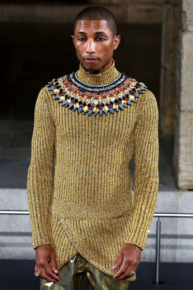 Pharrell Williams en pull brodé d'une collerette de perles en verre de l'atelier Montex.