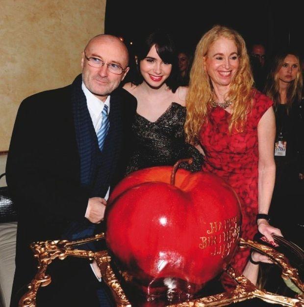 Pour ses 23 ans, elle réunit ses parents, Phil Collins et Jill Tavelman, devant son gâteau d'anniversaire. A Los Angeles en 2012.