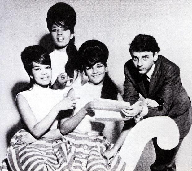 Phil Spector et les Ronettes (dont il épousera la chanteuse, Ronnie) en 1963.