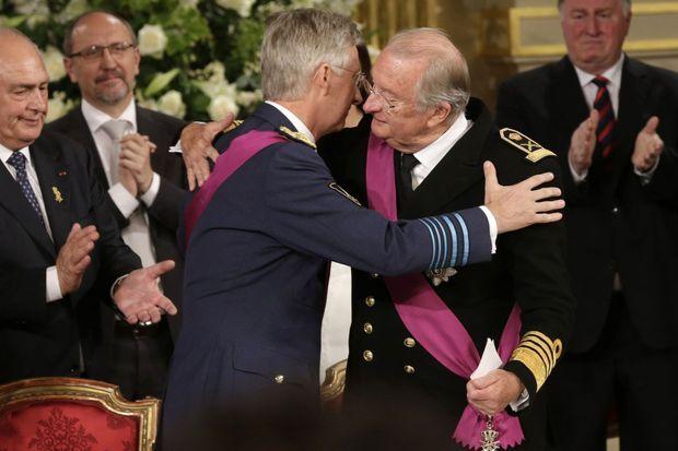 Après l'abdication d'Albert, le nouveau roi donne une accolade à l'ancien.