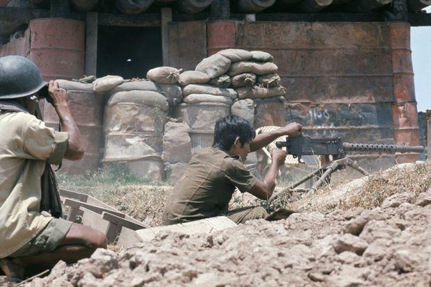 Soldats des forces gouvernementales et leur mitrailleuse sur la ligne de front près de Phnom Penh pendant la guerre du Cambodge en janvier 1975.