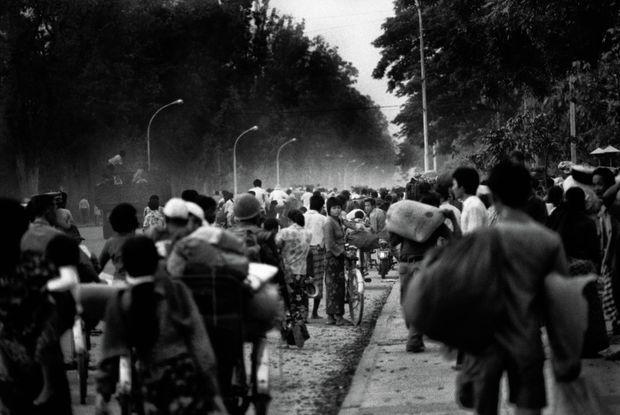 Le 16 avril 1975, veille de la prise de Phnom Penh par les Khmers Rouges : la nuit tombant, des milliers de personnes prennent la route de l'exode.
