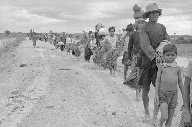 Cambodgiens fuyant Phnom Penh et les combats en janvier 1975.