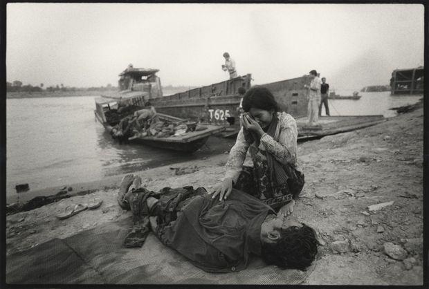 Retour à Phnom Penh des corps de soldats gouvernementaux tués au combat en mars 1975.