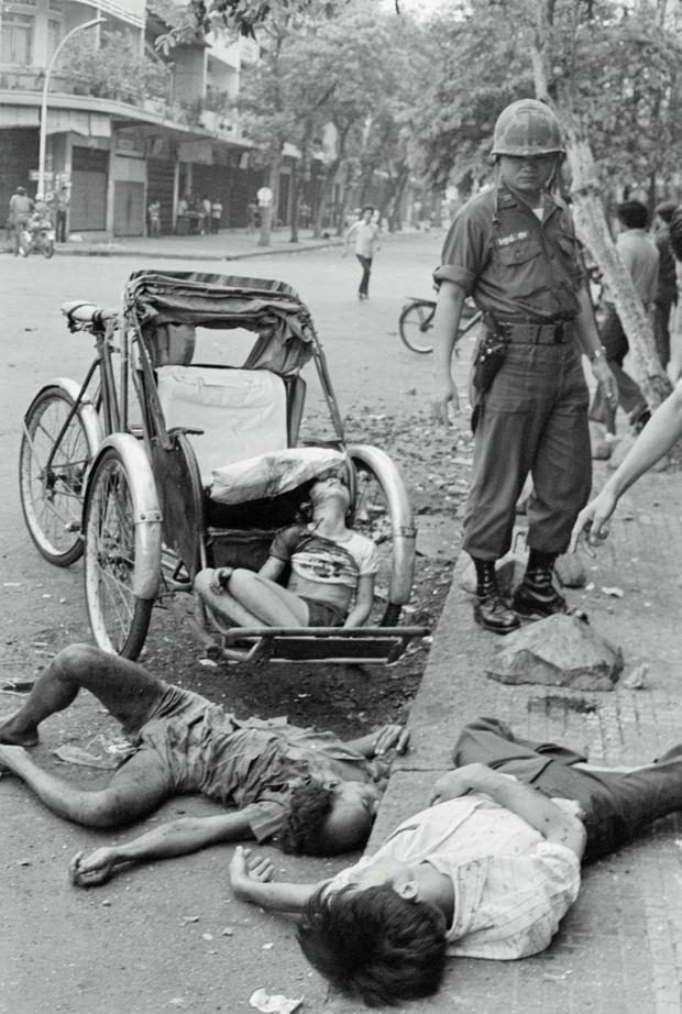 Cadavres dans les rues de Phnom Penh après un bombardement des Khmers rouges, le 8 mars 1975.