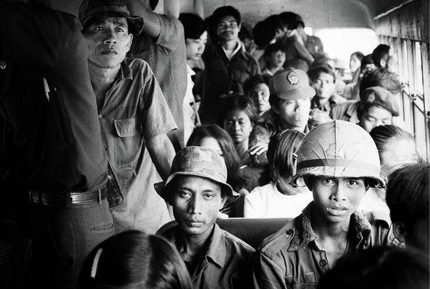 Une armée en déroute : des soldats gouvernementaux contraints de prendre le bus pour se rendre sur la ligne de front, le 25 mars 1975.