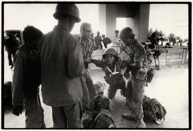 Un soldat de l'armée régulière blessé lors du siège de l'aéroport de Phnom Penh par les Khmers rouges, le 1er avril 1975.