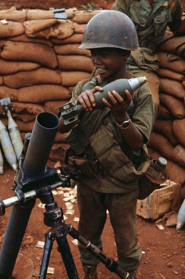 Un enfant soldat charge un mortier lors des affrontements entre les forces gouvernementales et les Khmers rouges vers Phnom Penh en avril 1975.